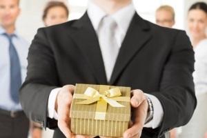 Договор дарения несовершеннолетнему: образец и бланк, порядок оформления, нужно ли заверять