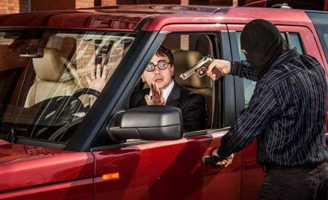 Отличие насильственного грабежа от разбоя: чем характеризуются деяния, а также разграничение составов, наказание за эти преступления, например, с применением оружия